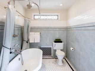1920s Historical Bathroom16